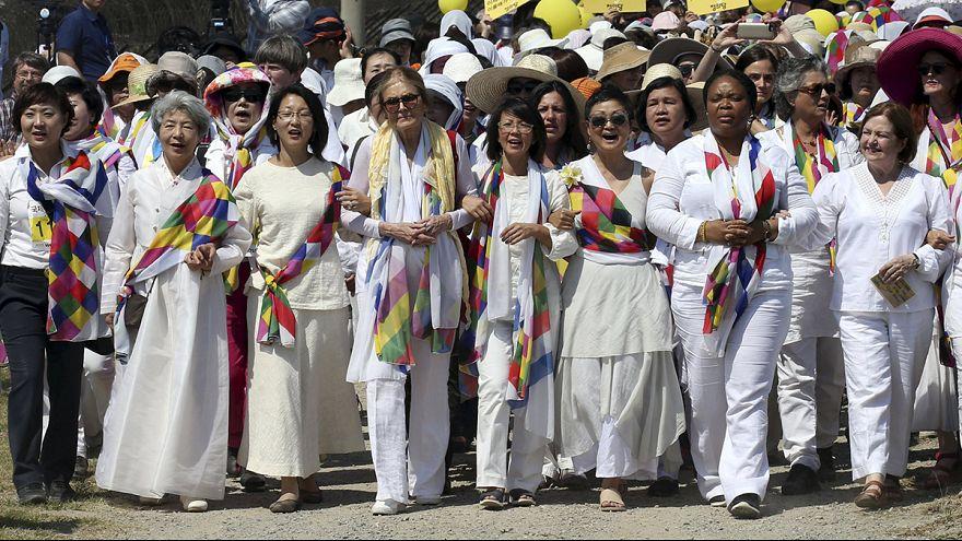 A békéért meneteltek nők a két Korea között