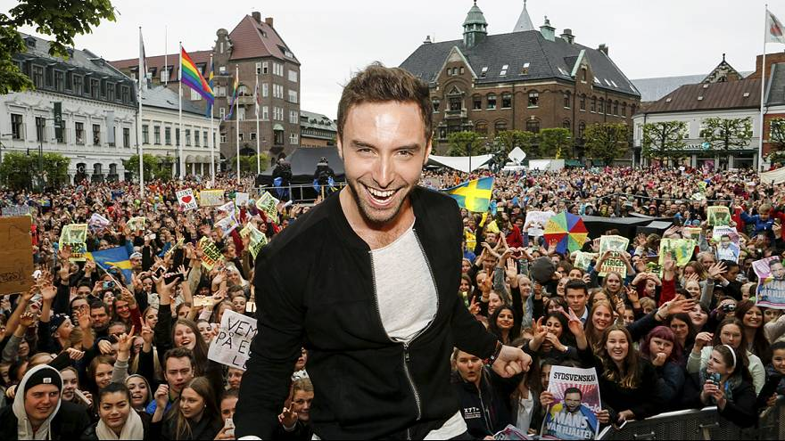 Eurovision birincisi evinde 'kahraman' gibi karşılandı