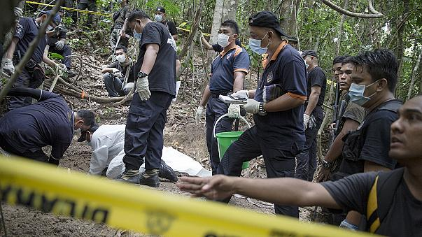 Myanmar, riesumate decine di corpi di migranti da fosse comuni