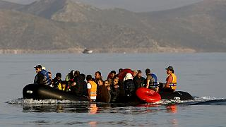 انتشال 300 مهاجر قبالة السواحل اليونانية