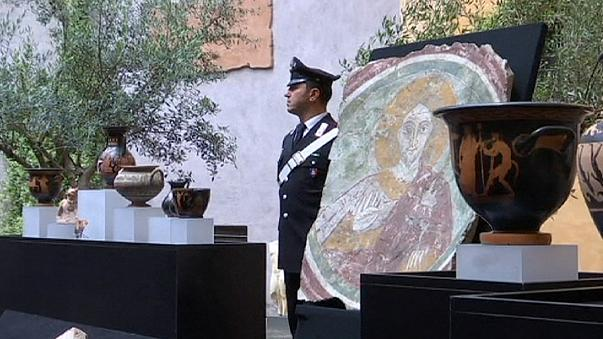 US hands looted artifacts back to Italy