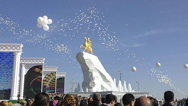 Türkmenistan devlet başkanının devasa altın kaplama heykeli açıldı