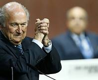 Blatter segue na presidência da FIFA graças a desistência do príncipe Ali da Jordânia