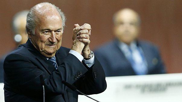 Blatter, reelegido al frente de la FIFA tras la retirada de su rival