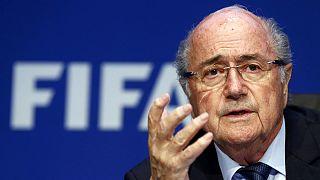 Blatter continua em jogo e ao ataque