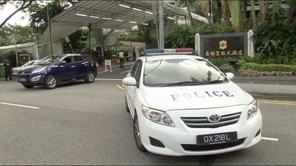 Singapore, un morto a posto di blocco