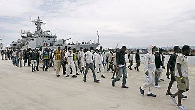 Navio italiano resgata centenas de imigrantes, 17 mortos