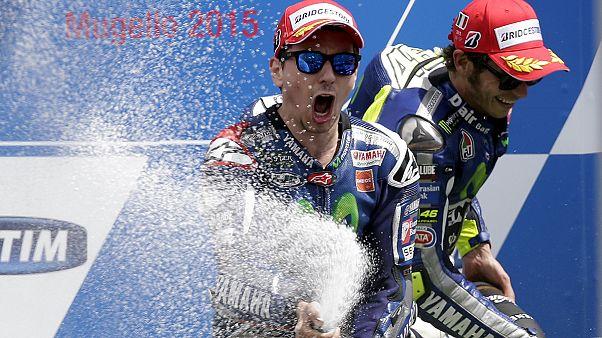 Lorenzo vince al Mugello, Iannone e Rossi sul podio, troppa bagarre in F.3 a Monza