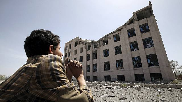 وفد حوثي الى مسقط والغارات الجوية مستمرة في اليمن