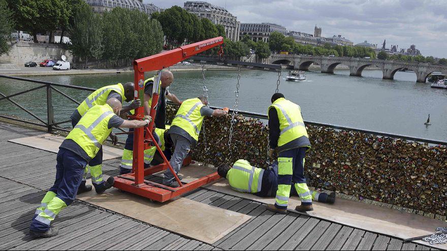 Le Pont des Arts à Paris : 50 tonnes d'amour, c'était trop lourd à porter!