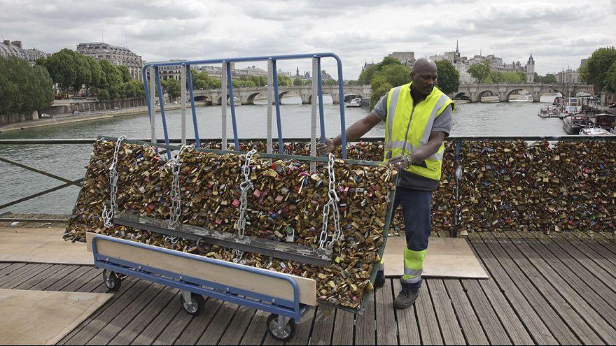 Levágják a lakatokat a párizsi Pont des Arts-ról