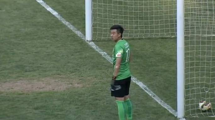 Thirsty Chinese goalkeeper leaks goal