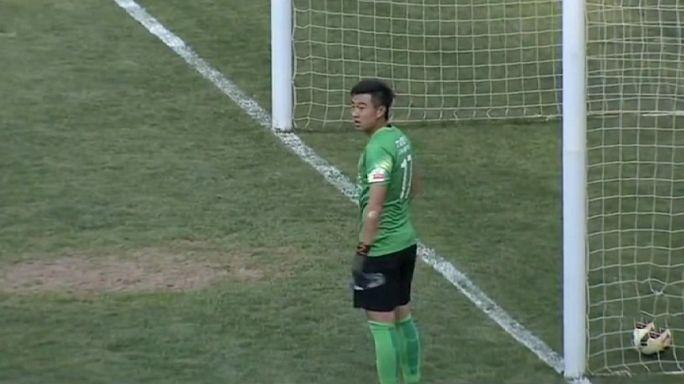 Un gardien chinois boit un coup et encaisse un but