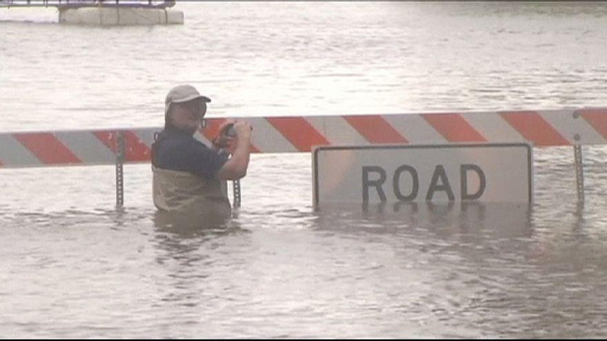 От наводнений в Техасе приходится спасать не только людей