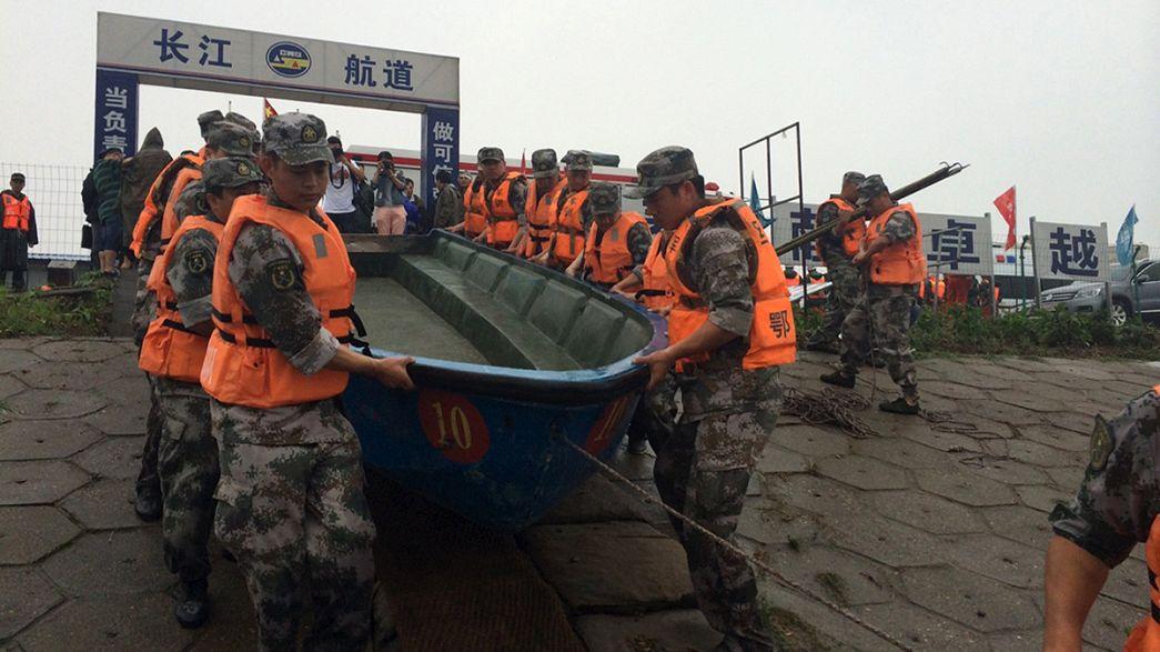 China detém capitão de navio naufragado com centenas a bordo
