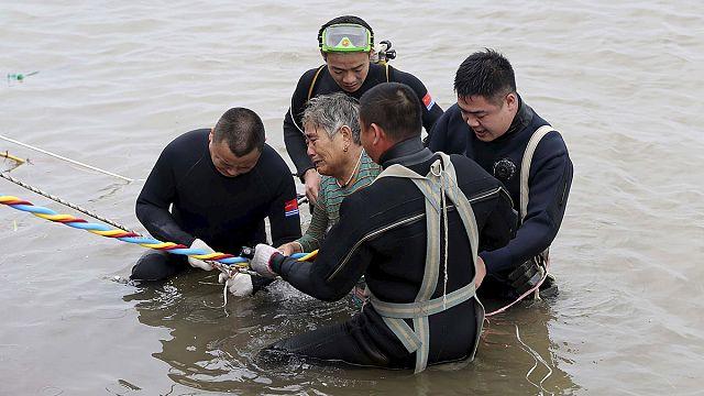 انقاذ 13 راكبا من السفينة الصينية المنكوبة في نهر يانغتسي