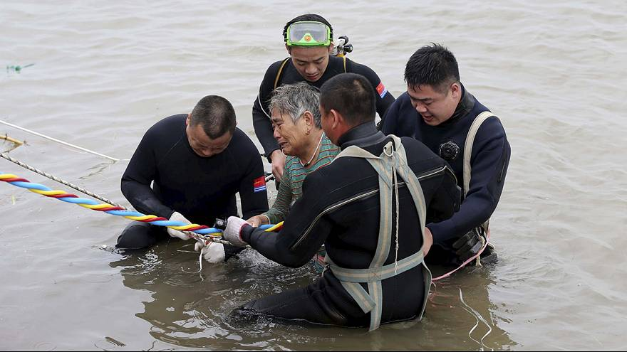 China: Corrida contra o tempo para resgate de sobreviventes no rio Yangtzé