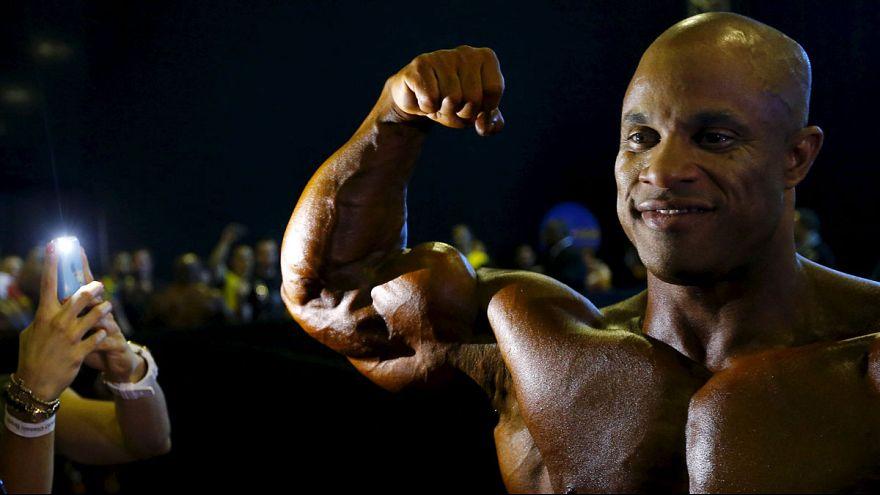 Arnold Schwarzenegger presents trophy to Egyptian bodybuilder