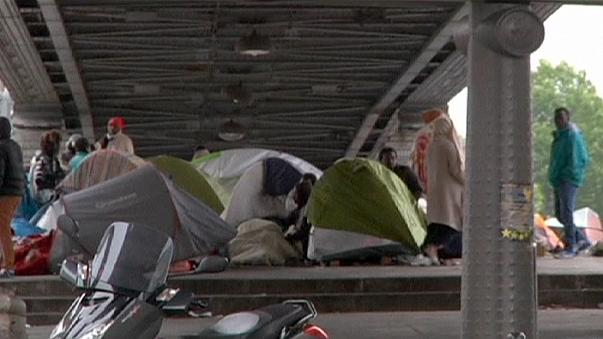 Париж: мигрантов из палаточного лагеря расселили по приютам