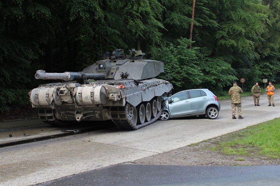 Allemagne : sa voiture est écrasée par un char, elle s'en sort indemne