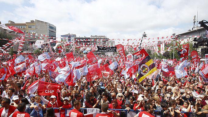 Önkéntesek tízezrei a török parlamenti választásokon