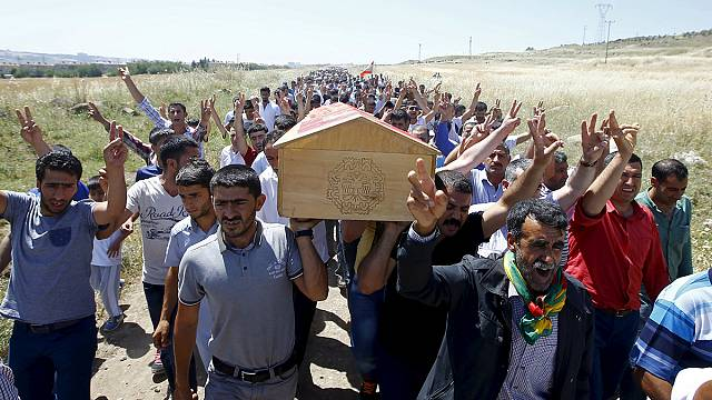 قنبلة تسببت بمقتل شخصين على الأقل أثناء تجمع لأنصار الحزب الكردي في تركيا