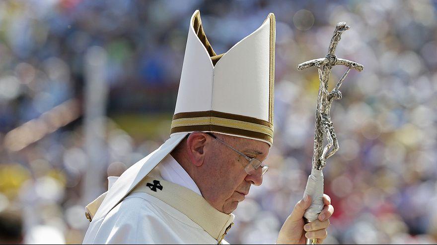رأس الكنيسة الكاثوليكية يصل إلى سراييفو رمز التمزق الديني والعرقي