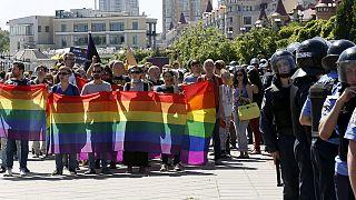 متشددون يهاجمون مسيرة للمثليين في كييف
