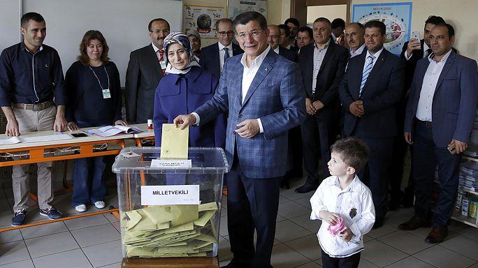 Türkiye kritik genel seçimler için sandık başında