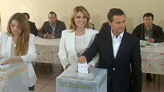 Правящая партия Мексики лидирует на выборах на фоне непрекращающегося насилия