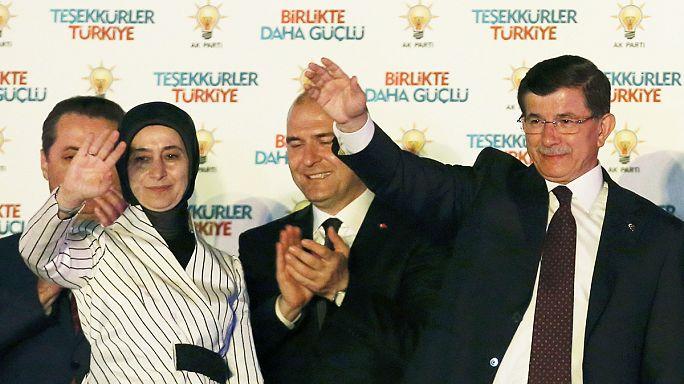 Turquie : après les législatives, l'AKP au pouvoir évoque une possible coalition
