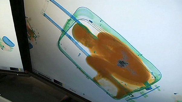 کودک آفریقایی درون چمدان، به آغوش مادرش بازگشت