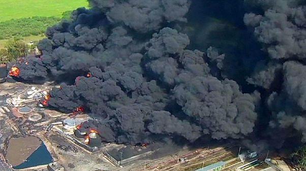 Großbrand bei Kiew: Einsatzkräfte schaffen Löschpanzer heran