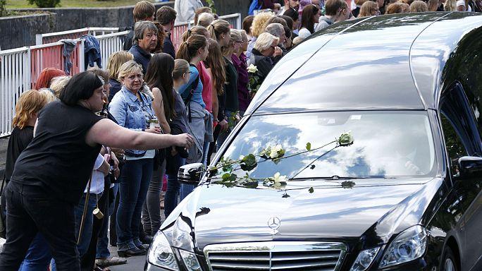 """وصول رفاة 15 طالبا من ضحايا حادث """"جيرمان وينغز"""" إلى قريتهم"""