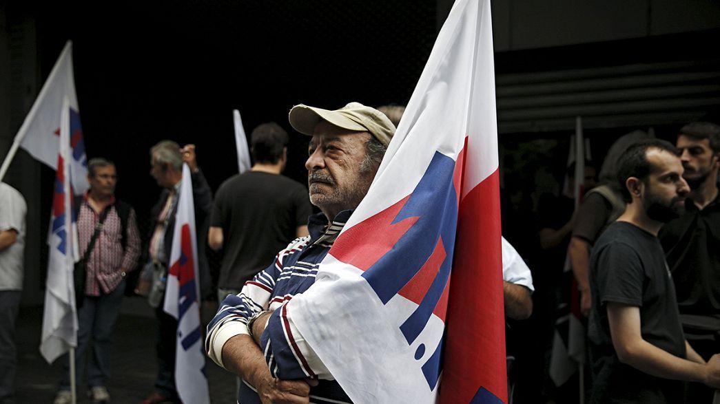 Protestas antiausteridad en Atenas mientras el Eurogrupo exige a Tsipras que baje las pensiones
