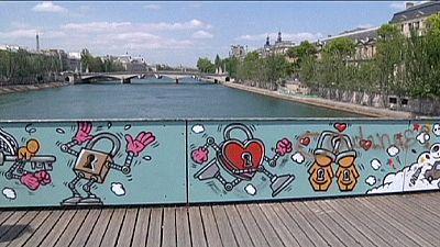 "Street art, with romantic twist, replaces Paris ""love locks"""
