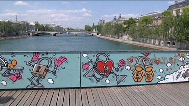 El parisino Puente del las Artes se viste de amor