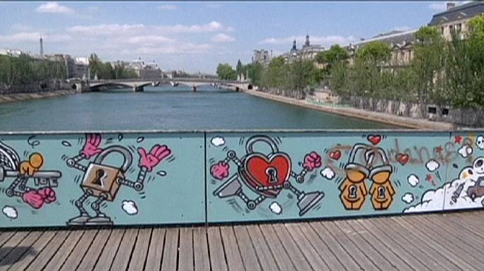"Street art, with romantic twist, replaces Paris ""love locks"""