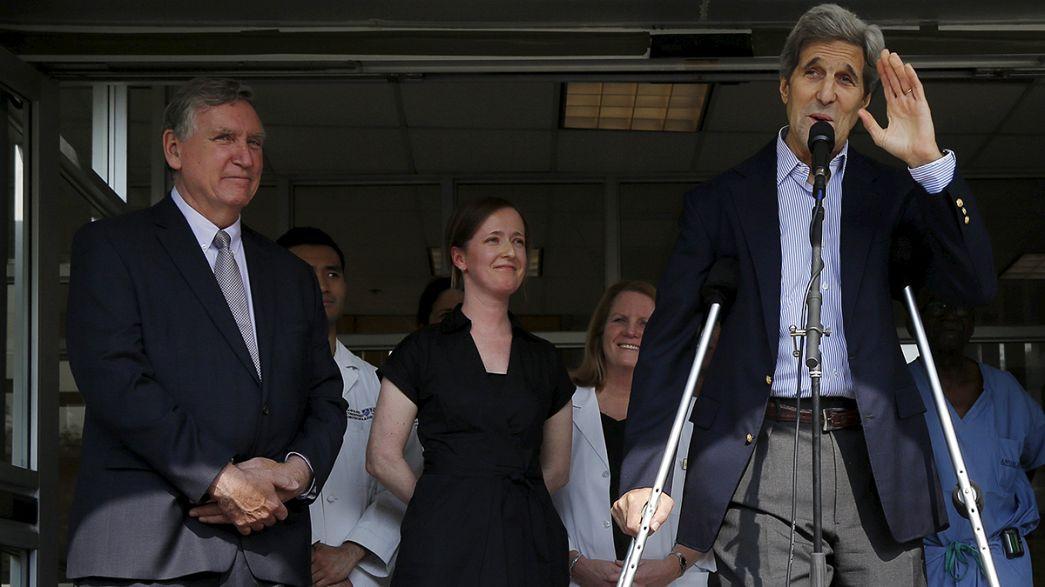 John Kerry sale del hospital,en muletas, pero recuperado