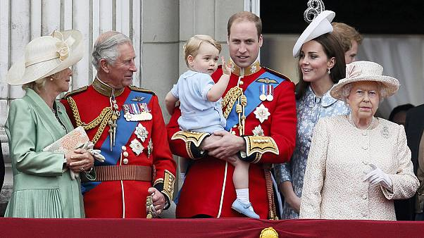 A kétéves György először jelent meg az erkélyen II. Erzsébettel