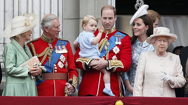 Trooping the colour: truppe vestite a festa per compleanno Elisabetta d'Inghilterra