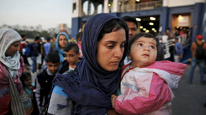 اليونان تنقل ألفي مهاجر من جزيرة لسبوس إلى مرفأ قرب أثينا