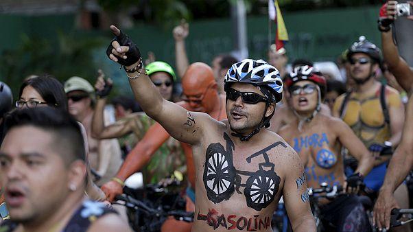 """Meksika ve Venezuela'da """"Bisiklete Çıplak Binme Günü"""" etkinliği"""