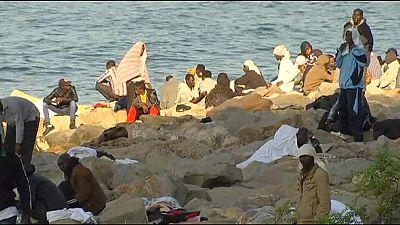 Ventimiglia, seconda notte sugli scogli per centinaia di migranti bloccati alla frontiera con la Francia