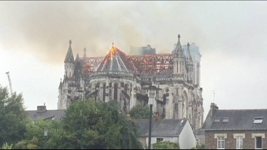 Saint-Donatien Bazilikası yanıyor