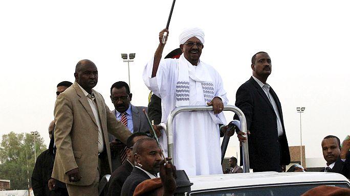 Az elfogató parancs ellenére hazautazott a szudáni elnök