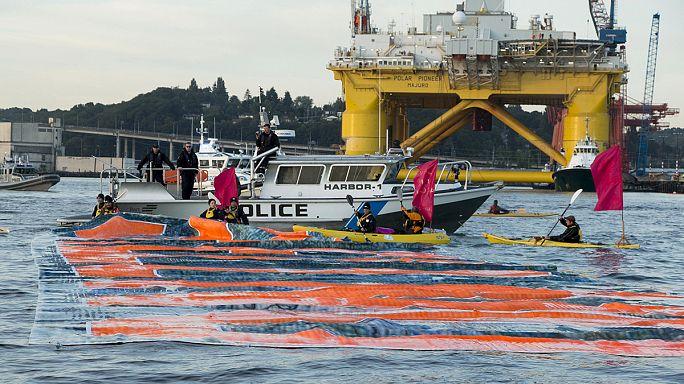 قوارب كاياك في مواجهة منصة للتنقيب