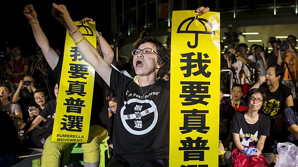Hong Kong demokrasi için ayaklandı