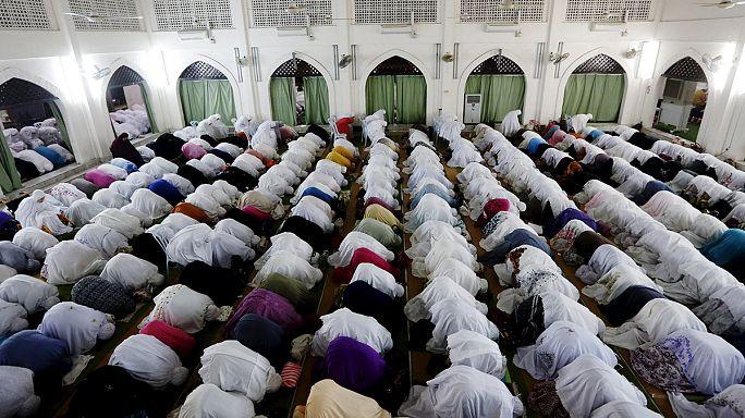 المسلمون يستقبلون شهر رمضان