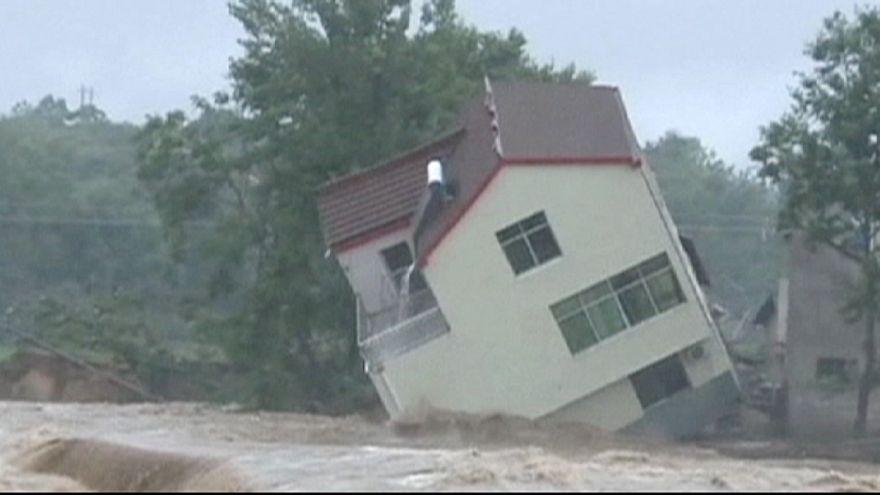 En Chine, des maisons emportées par des inondations